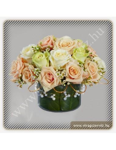 d55201b08a Esküvői asztaldísz barackvirág, krém és zöld színű rózsából