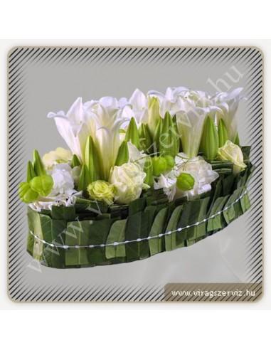 6c0249ab27 Esküvői asztaldísz fehér liliomból, rózsából és hortenziából